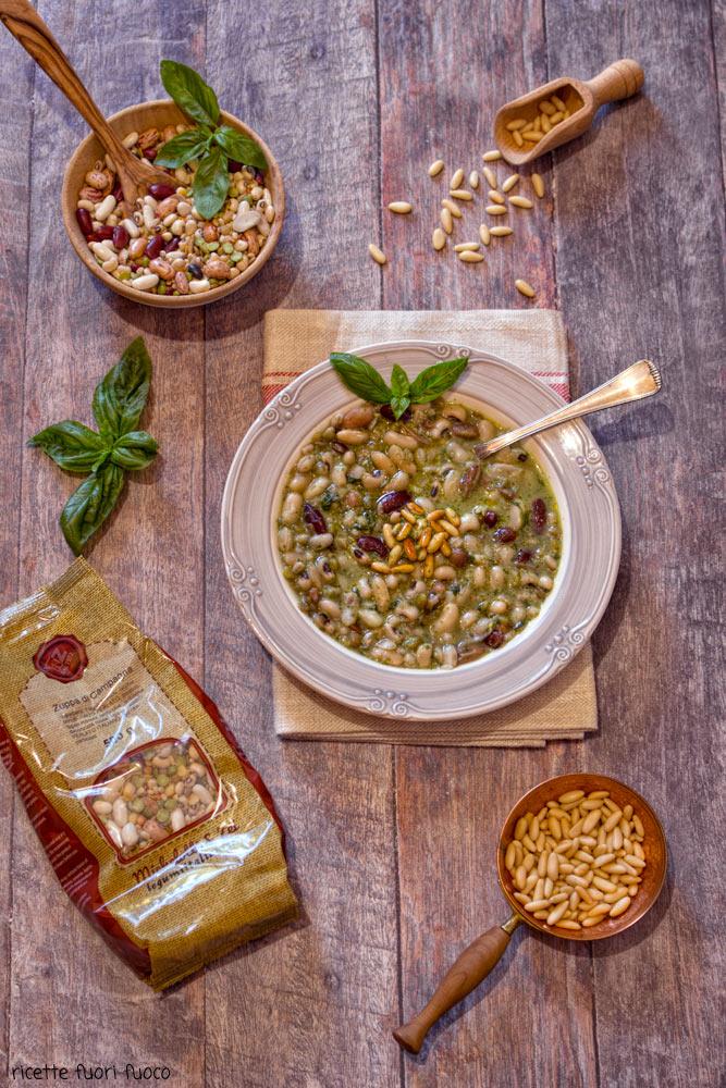 zuppa di legumi con pesto e pinoli