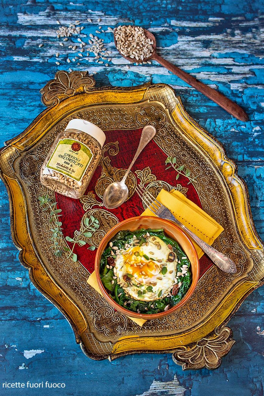 uova con spinaci in agrodolce e semi di girasole