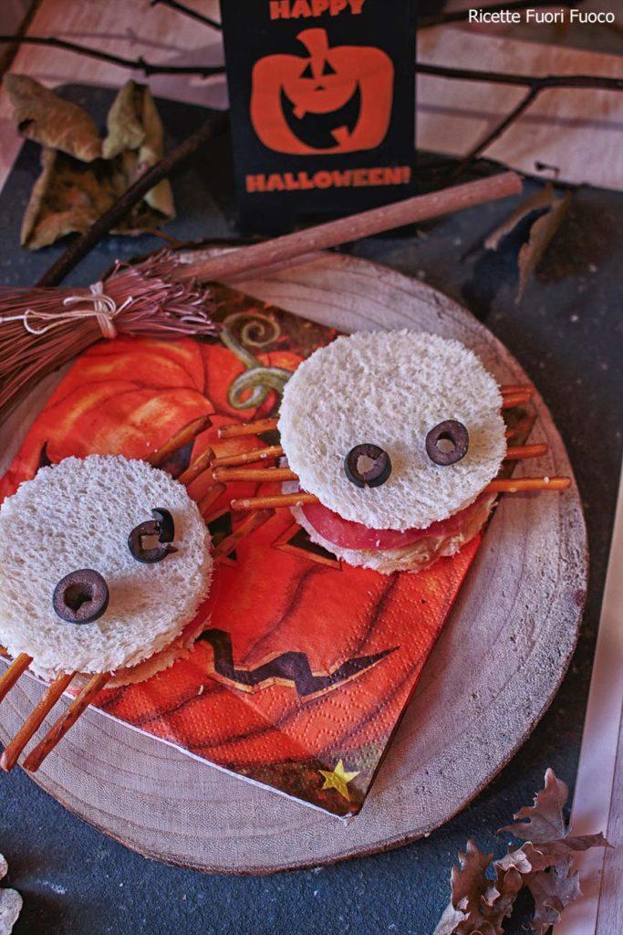 Snack-salati-di-Halloween_ragnetti di pan carré con pomodoro e burro d'arachidi