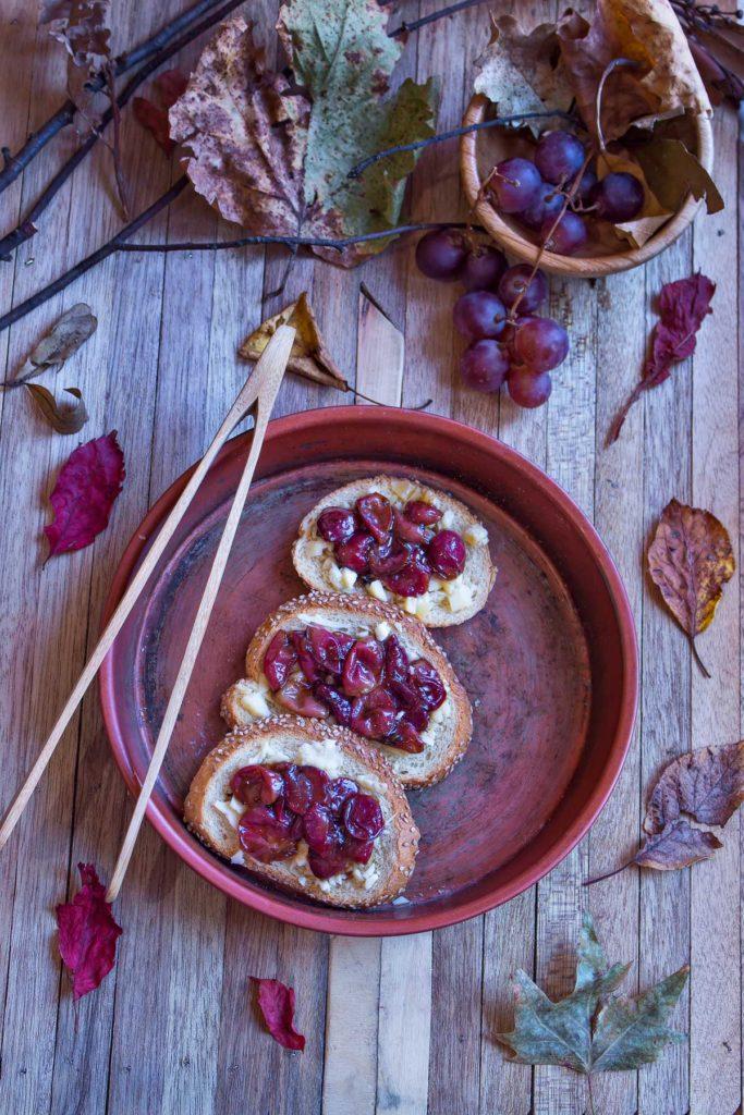 crostini con uva e formaggio