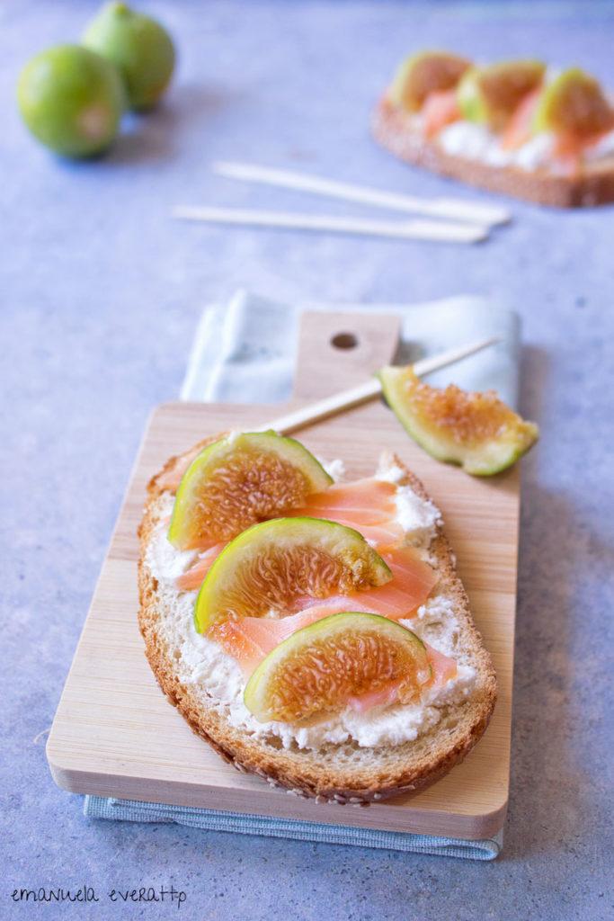 crostoni di pane con caprino salmone e fichi