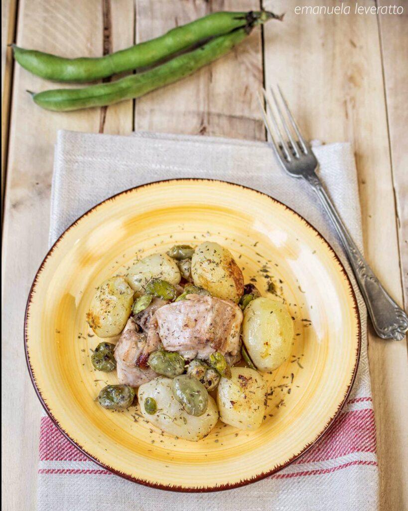 coniglio in padella con fave e patate novelle
